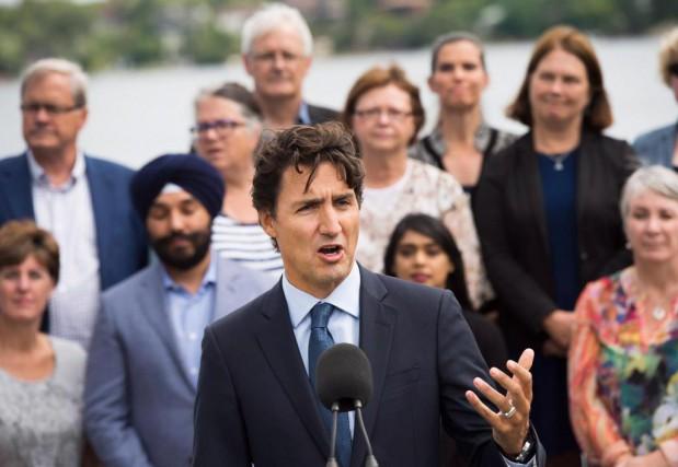 Le premier ministre Trudeau en compagnie de ses... (PHOTO NATHAN DENETTE, LA PRESSE CANADIENNE)