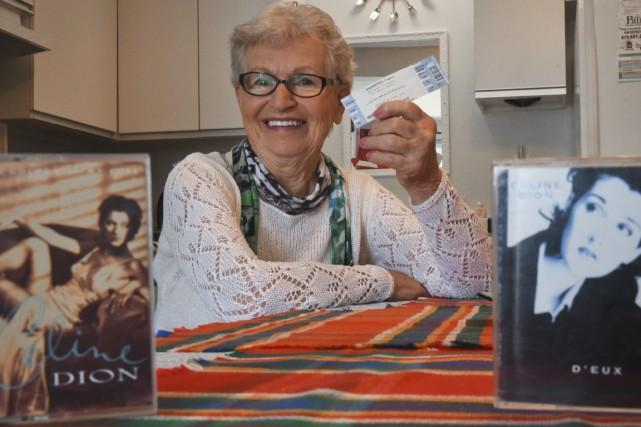 Angèle Newbury, 85 ans, tenant précieusement son billet... (François Gervais)