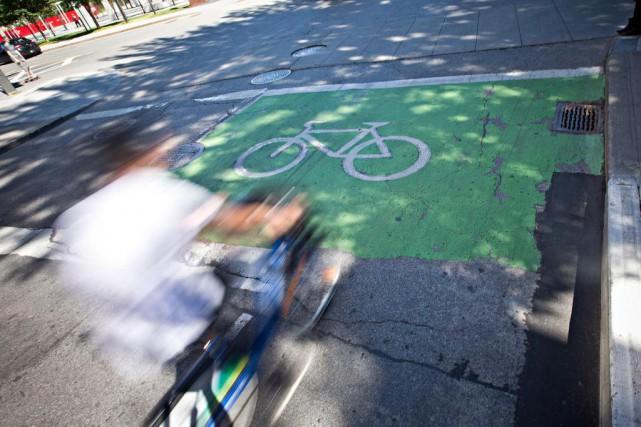 Une cycliste est morte, lundi, après avoir été... (PHOTO PATRICK SANFAÇON, LA PRESSE)