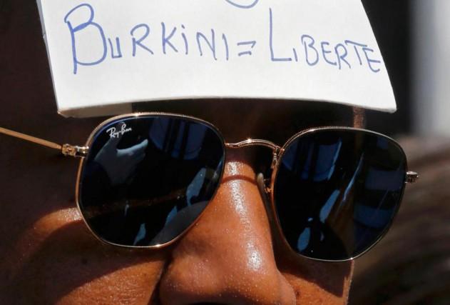 Un homme manifeste son soutien aux femmes qui... (PHOTO REGIS DUVIGNAU, REUTERS)