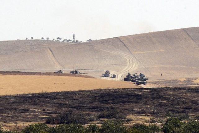 Samedi matin, six chars turcs sont entrés en... (Ismail Coskun, IHA via AP)