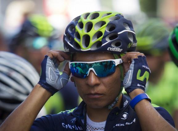Nairo Quintana ajuste ses lunettes avant le départ... (PHOTO JAIME REINA, AFP)