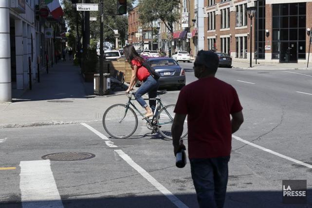 Une cycliste qui circulait sur le boulevard Saint-Laurent,... (PHOTO ROBERT SKINNER, LA PRESSE)