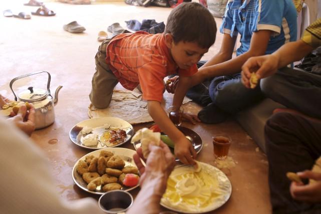 Une famille syrienne évacuée de la ville de... (AFP, Youssef Karwashan)