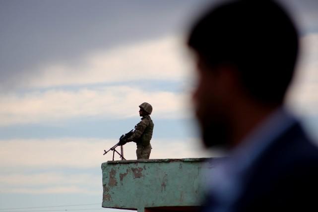 Un militaire garde la ville deDiyarbakir.... (REUTERS)