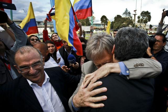 Des responsables des négociations se congratulent à l'approche... (Photo AFP)