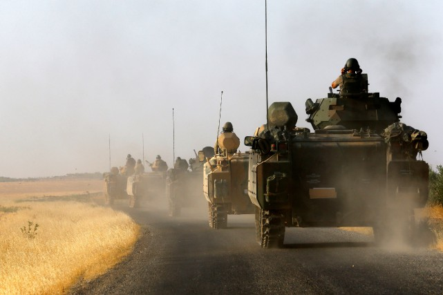 Des tanks de l'armée turque près de la... (PHOTO UMIT BEKTAS, REUTERS)