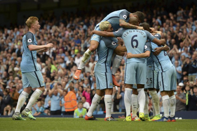 Les joueurs de Manchester célèbrent le but de... (PHOTO OLI SCARFF, AFP)