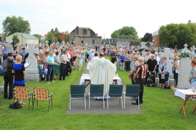 Plus de 300 paroissiens étaient au rendez-vous à... (Martin Brunette)