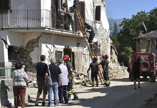 À Amatrice, les pompiers ont aidé des résidents... (AFP, Alberto Pizzoli)