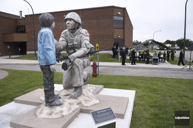 La nouvelle statue commémorative du Régiment du Saguenay... (Photo Le Quotidien, Mariane L. St-Gelais)