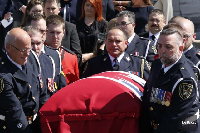 Le cercueil de Mauril Bélanger est transporté vers... (Simon Séguin-Bertrand, LeDroit)