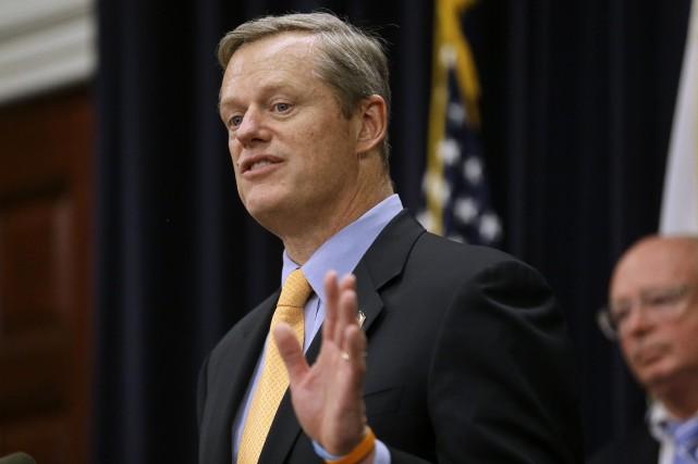 Le gouverneur du Massachusetts, Charlie Baker, reçoit les... (Archives, Associated Press)