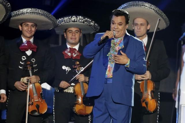Juan Gabriel, connu pour ses tenues tape-à-l'oeil de... (Archives AP, Wilfredo Lee)