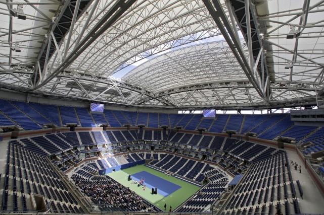 Le tout nouveau toit installé au-dessus du stade... (AP, Richard Drew)