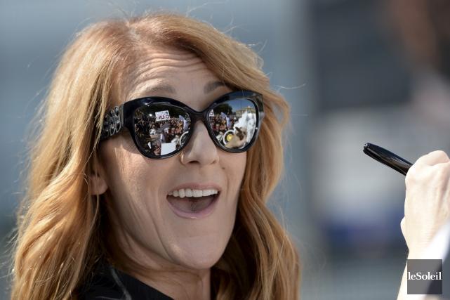 Céline Dion s'est beaucoup amusée en signant des... (Le Soleil)