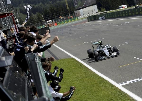 Nico Rosberg franchit la ligne d'arrivée du Grand... (AFP, Olivier Matthys)