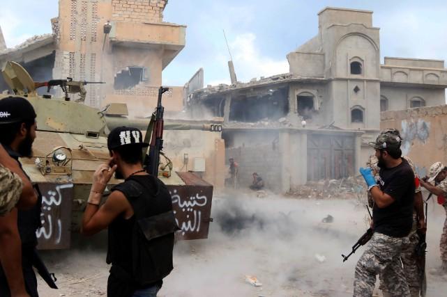 Un millier de soldats du gouvernement libyenencerclent les... (AFP)