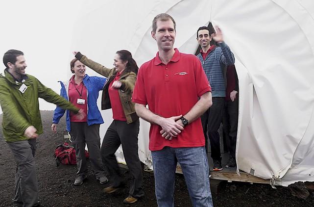 Les six volontaires qui s'étaient isolés pendant un... (AFP)