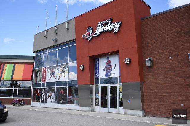 Guillaume Roy, copropriétaire de l'Entrepôt du hockey, estime... (Photo Le Quotidien, Mariane L. St-Gelais)