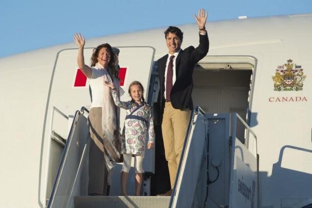 Le premier ministre Justin Trudeau, accompagné de son... (PHOTO ADRIAN WYLD, PC)