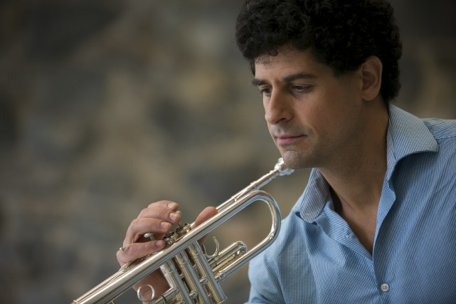 En plus de jouer avec différents orchestres symphoniques... (Spectre Média, René Marquis)