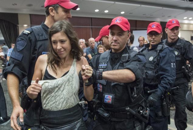 Les policiers sont intervenus pour expulser les manifestants... (La Presse canadienne, Paul Chiasson)