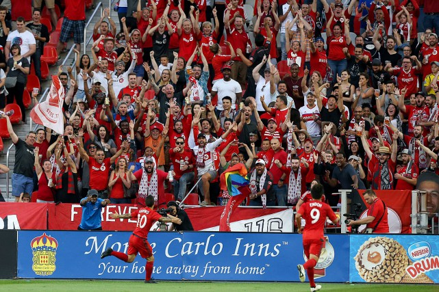 Des partisans du Toronto FC célèbrent un but... (PHOTO KEVIN SOUSA, ARCHIVES USA TODAY)