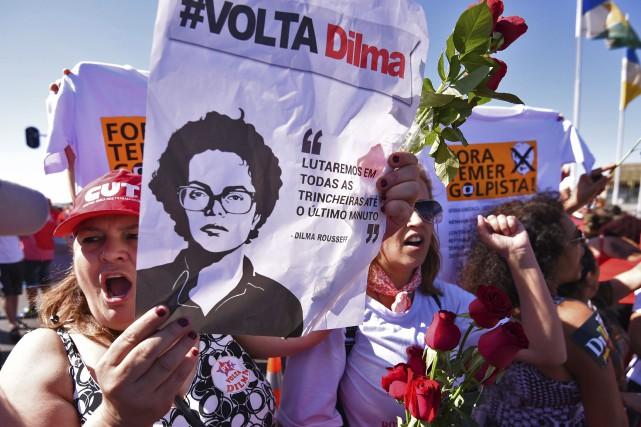 Des partisans deDilma Rousseff ont apporté leur soutien... (AFP, Iano Andrade)