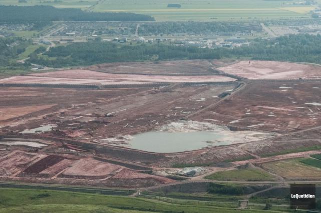 Vue aérienne du lac de boues rouges à... (Archives Le Quotidien, Michel Tremblay)