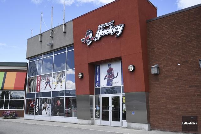 L'Entrepôt du hockey de Chicoutimi a été cambriolé... (Photo Le Quotidien, Mariane L. St-Gelais)