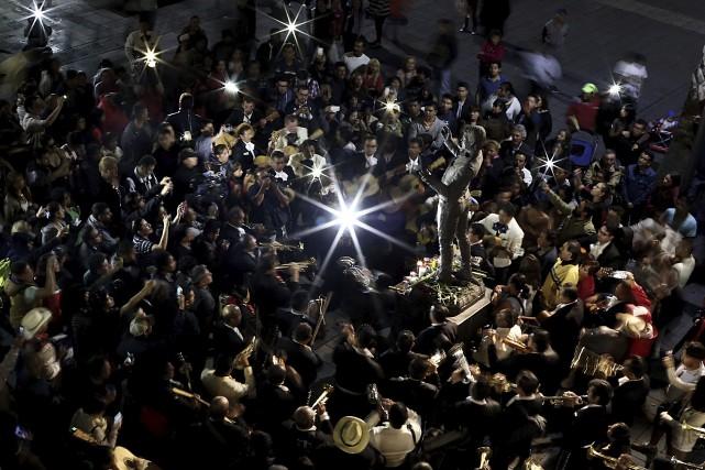 Des admirateurs de Juan Gabrielse sont regroupés sur... (Yuri Cortez, AFP)