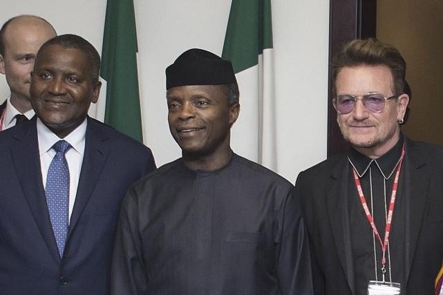 Le vice-président du Nigeria, Yemi Osinbajo, entouré par... (AFP)