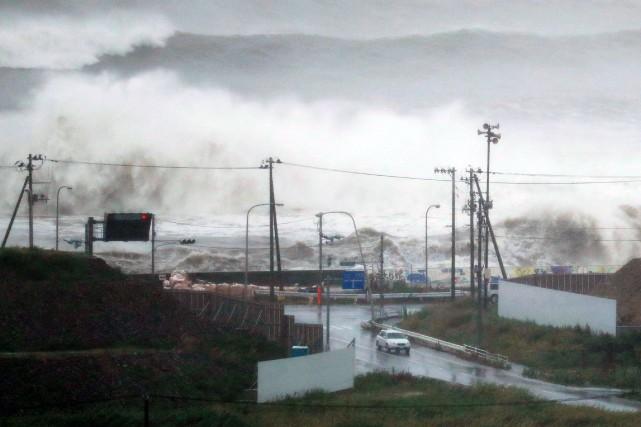 Des vagues déclenchées par le typhon Lionrock frappent... (REUTERS)