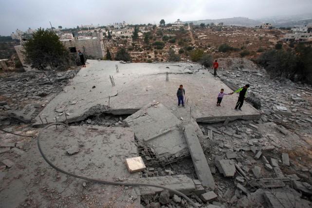 Les militaires israéliens ont détruit à l'explosif dans... (AFP)
