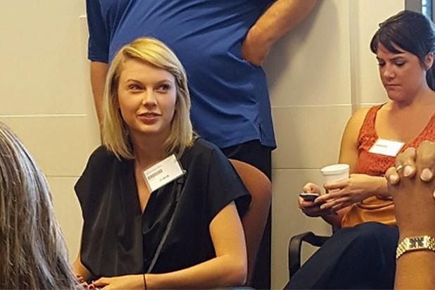 Des photos des jurés avec Taylor Swiftse sont... (Photo tirée de Twitter)