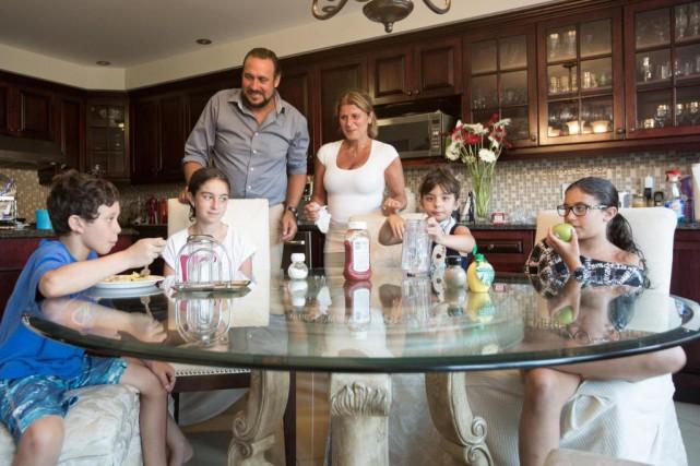 Valérie Assouline est entourée de ses enfants, William,... (Photo Olivier Jean, La Presse)