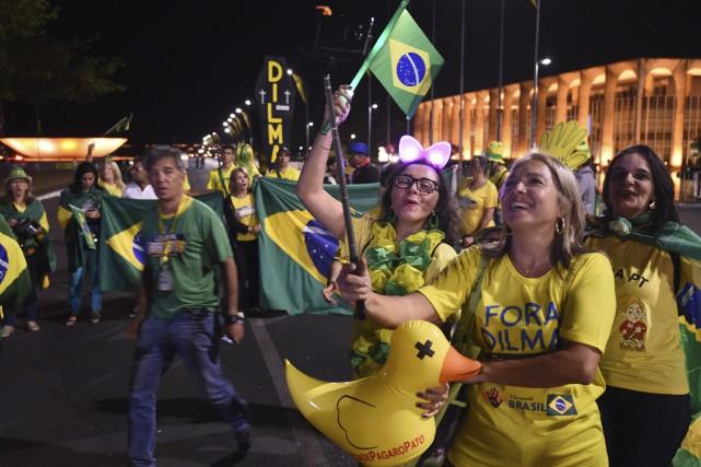 Des citoyens opposés à la présidente suspendue, Dilma... (AFP, Evaristo Sa)