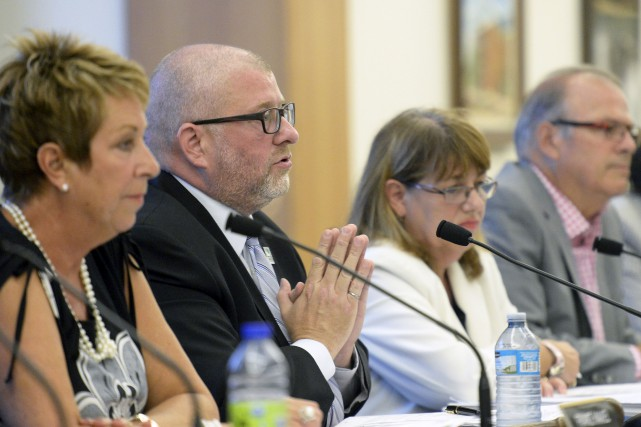 Le maire André Juneau (au centre) a estimé... (Le Soleil, Erick Labbé)