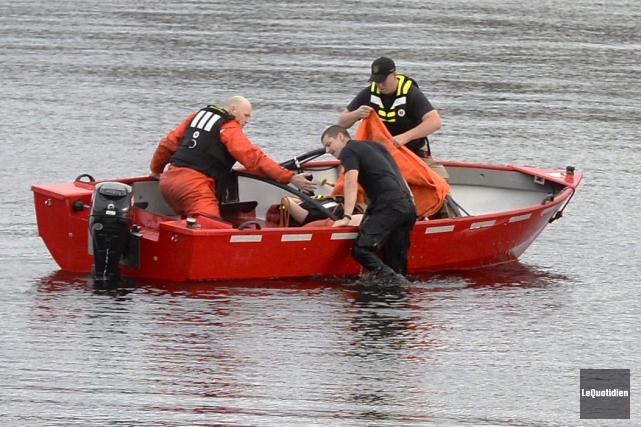 Les pompiers de Saguenay ont retiré le policier... (Photo Le Quotidien, Jeannot Lévesque)