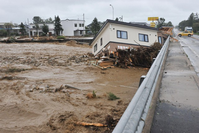 Lionrock, un puissant typhon accompagné de pluies diluviennes,... (AFP)