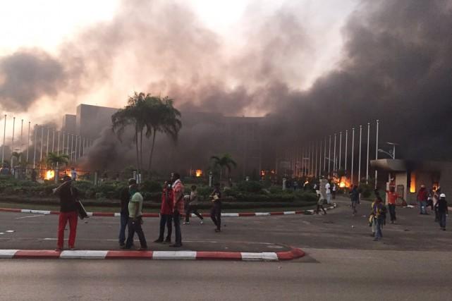 L'Assemblée nationale à Libreville était en flammes mercredi... (phot itélé/twitter)