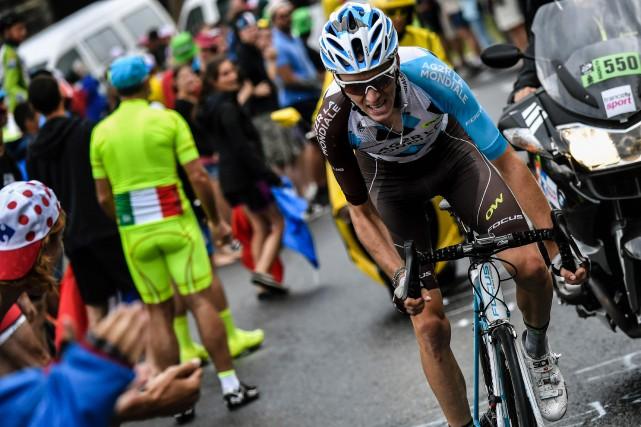 Le cycliste français Romain Bardeta poursuivi son ascension... (Photo Jeff Pachoud, AFP)