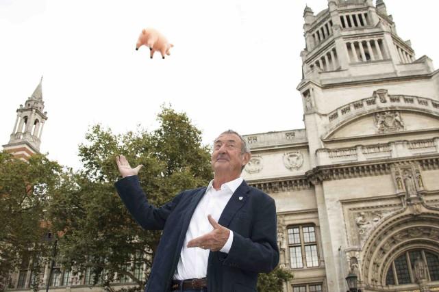 Nick Mason, de Pink Floyd devant le cochon... (AP, Joel Ryan)