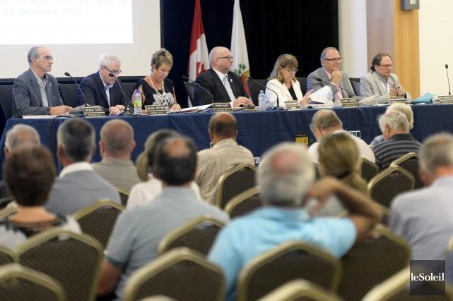 Le maire Sylvain Juneau et les conseillers sont... (Photothèque Le Soleil, Jean-Marie Villeneuve)