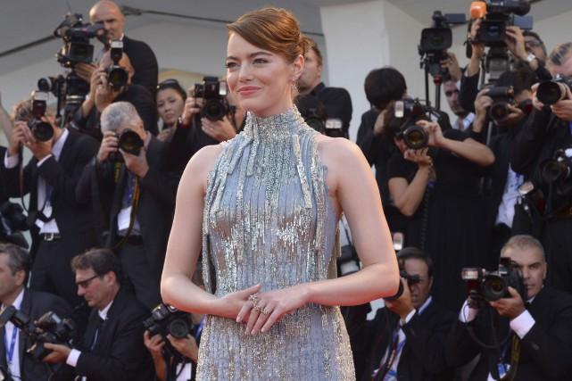 Emma Stone a posé pour les photographes avant... (AFP, Filippo Monteforte)