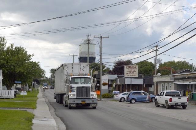 Plusieurs dizaines de camions lourds empruntent quotidiennement la... (Benoit Sabourin, LeDroit)