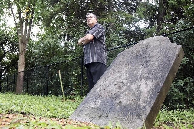 Jean-Guy Ouimet veille sur le cimetière Barber, dans... (Etienne Ranger, LeDroit)