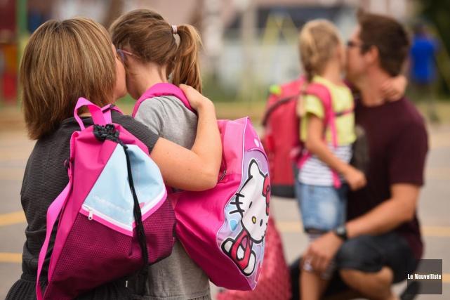 Parents et enfants s'embrassent le jour de la... (François Gervais, Le Nouvelliste)