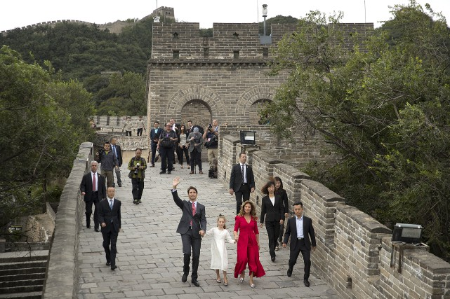 La traditionnelle photo sur la Grande Muraille de... (AP, Mark Schiefelbein)